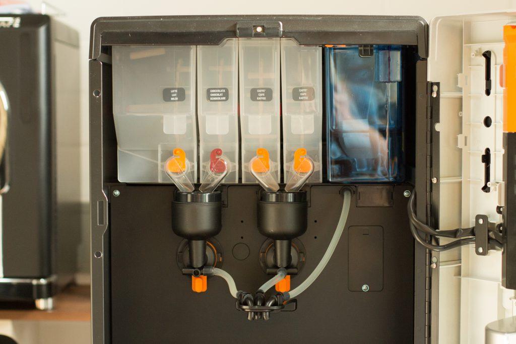 Instant Kaffeeautomaten mit geöffneter Front.